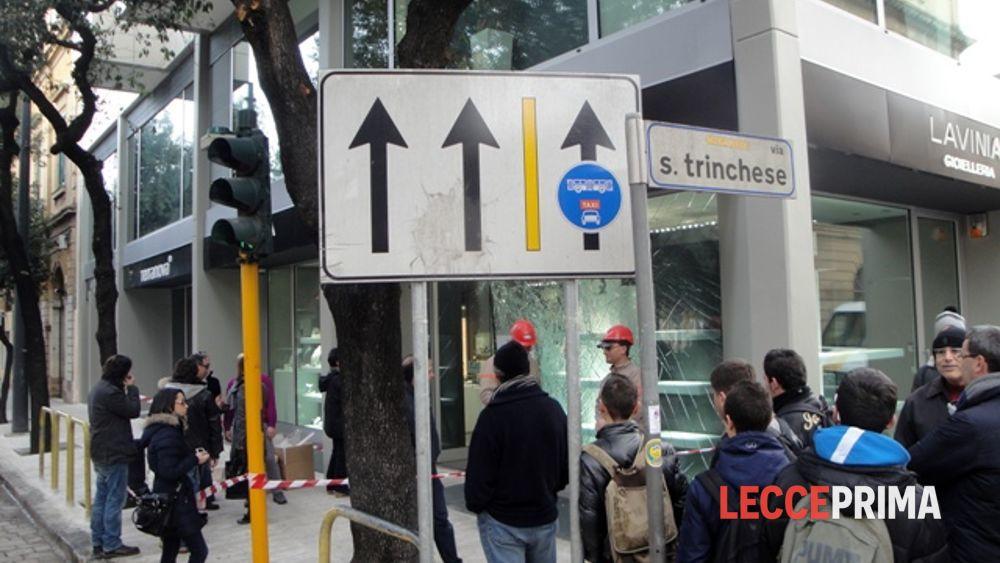 Gioielli Colpo In Via I FrantumiFuggono Con SpaccataVetrata lK3TFJ1c