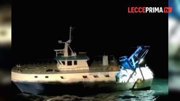 Video | Peschereccio bloccato, in tre costretti a nuotare verso la spiaggia