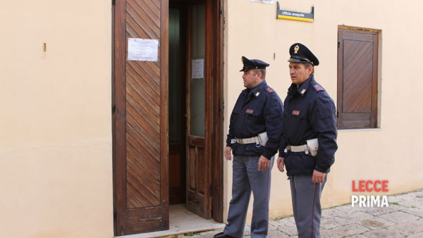 Polizia davanti all'ufficio anagrafe in uno dei tanti assalti a Taurisano (reperotorio).
