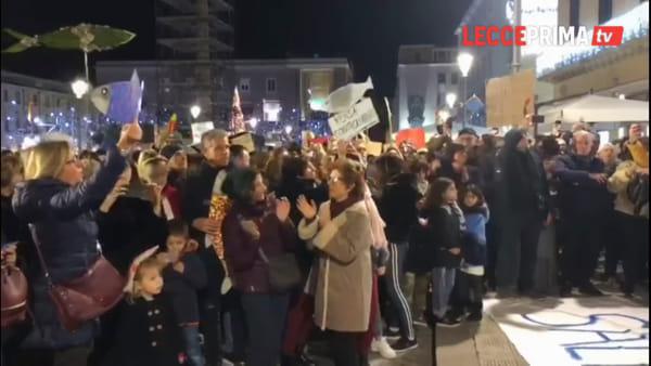 Video | La domenica di piazza Sant'Oronzo accesa da canti e balli delle Sardine