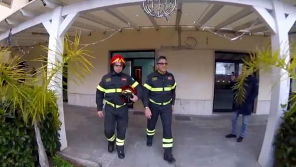 Trentotto anni nei vigili del fuoco, il toccante saluto dei suoi colleghi