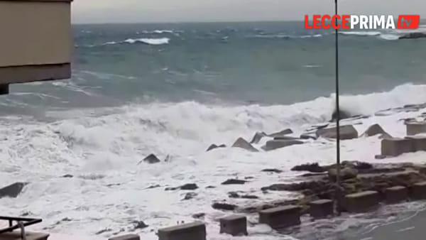 Video | Il mare si scatena sotto le raffiche di vento: bufera sulle coste salentine