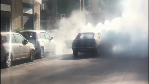 Video | Paura in via Benedetto Croce, auto finisce in fiamme all'incrocio