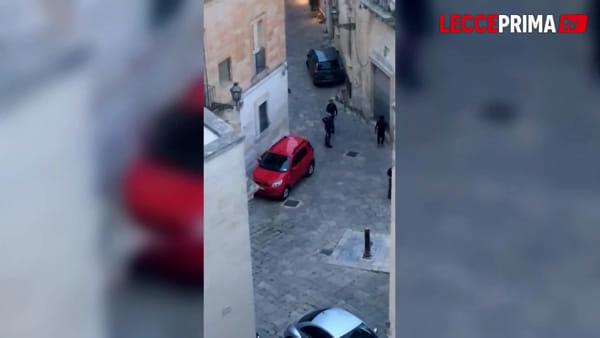 Video | Ubriaco e difficile da bloccare, l'intervento della polizia in centro