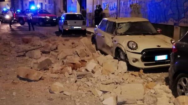 Video | Crollo in pieno centro, sfiorata la tragedia: chiusa una intera via