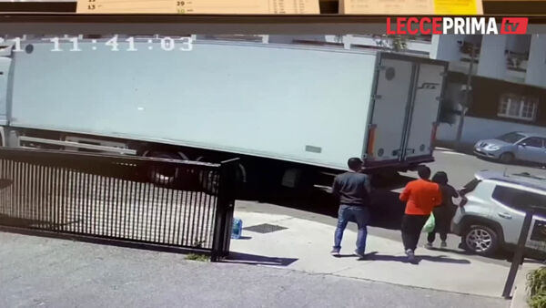 VIDEO|Il camion in retromarcia travolge l'automobilista: paura a Lequile