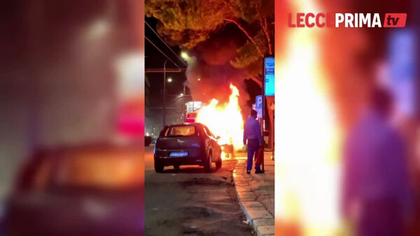 Smart in movimento prende fuoco in viale Rossini, illeso il conducente