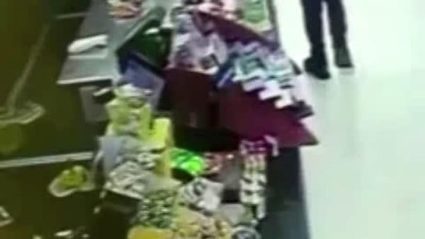Video|Estrae la pistola dalla cintura dei pantaloni e minaccia un ragazzino