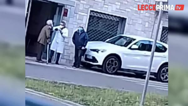 Video | Choc a Calimera, un medico aggredisce un suo anziano paziente