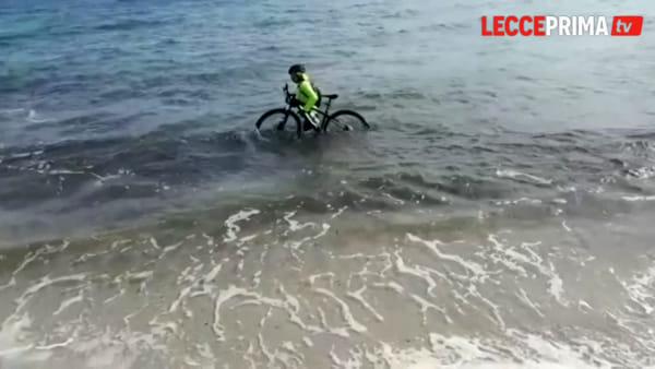 Video | Per sfuggire alla polizia provinciale il ciclista va a mollo dentro l'Adriatico