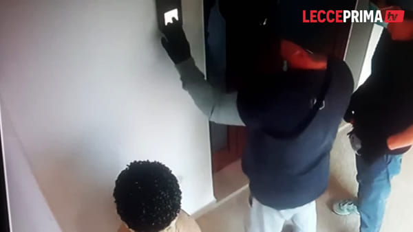 Video | I ladri scoperti dopo l'ingresso dentro una casa battono in ritirata