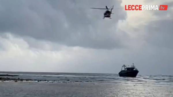 Video | Peschereccio si arena, si temono dispersi nel mare di Torre Pali