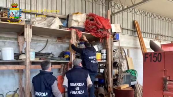 Video | Carrello e barca sospetti in strada: dentro c'erano stupefacenti e armi