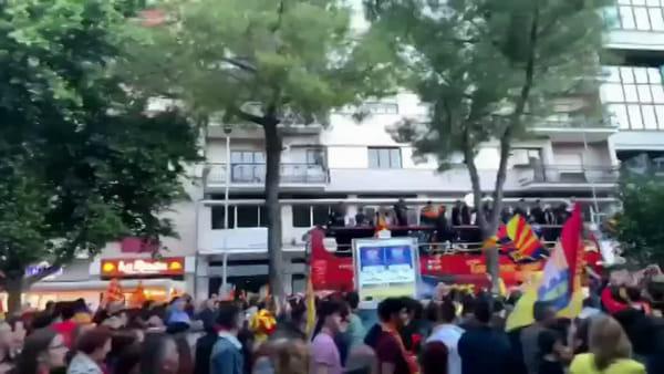 Video | Il pullman con squadra e staff nel giro trionfale dentro la città di Lecce