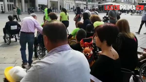 Centro storico off-limits: sindaco in carrozzella con i disabili