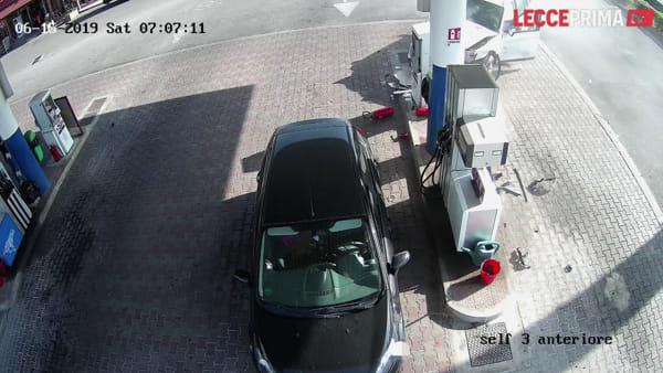 Video | Suv piomba senza controllo nell'area di servizio: donna si salva