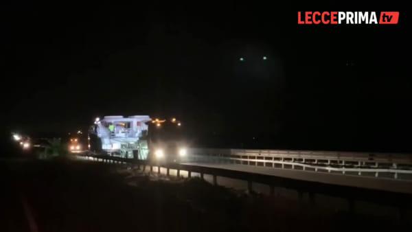 """Il viaggio notturno sulla statale del maxi catamarano """"Utopia"""""""